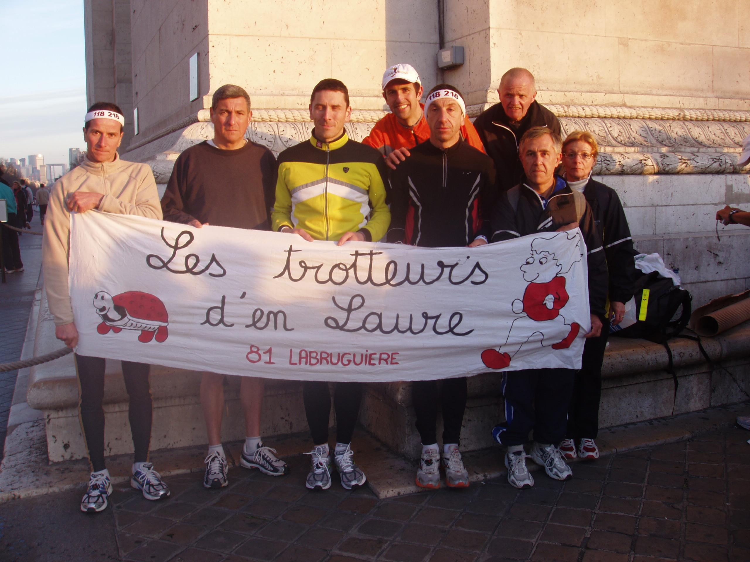 Paris 2006 les trotteurs au pied de l`Arc de Triomphe